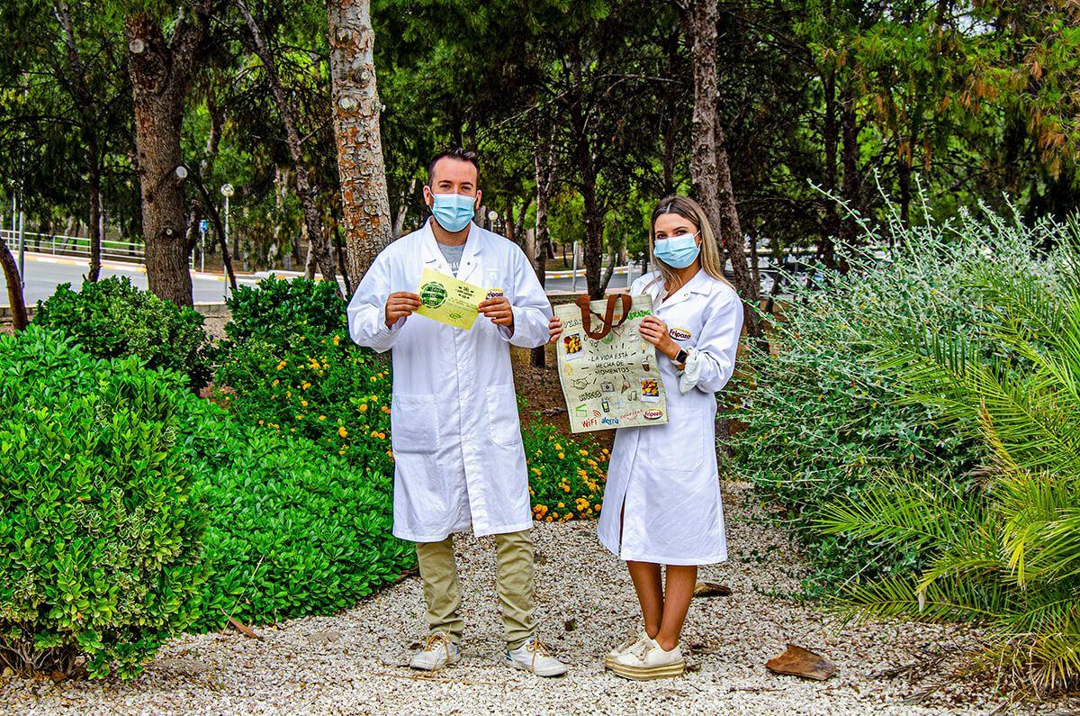 empleados de Fripozo con bolsa de la compra reutilizable